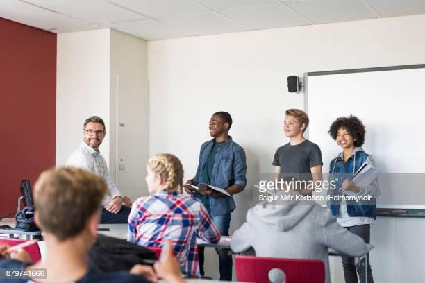 Multi-etnische teenage studenten geven van presentatie