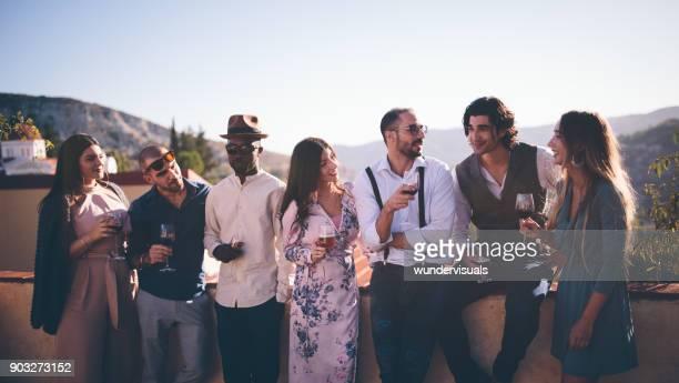 Amis de vintage multiethniques boire le vin et la bière dans le paysage Français