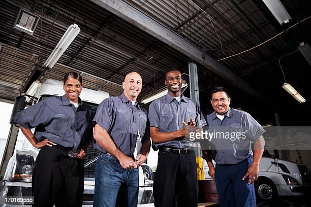 Multiétnico trabajadores de instalación de mercancía por carretera