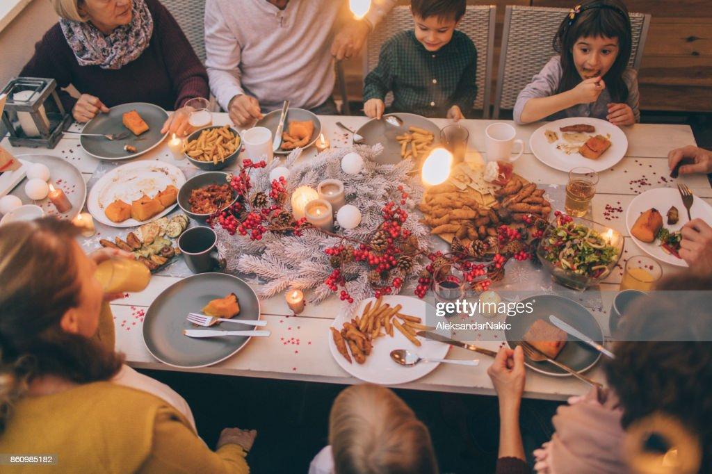 Família de várias gerações em um jantar : Foto de stock
