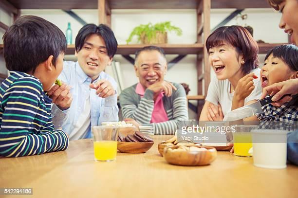 多世代家族の大御所バースデーパーティーの