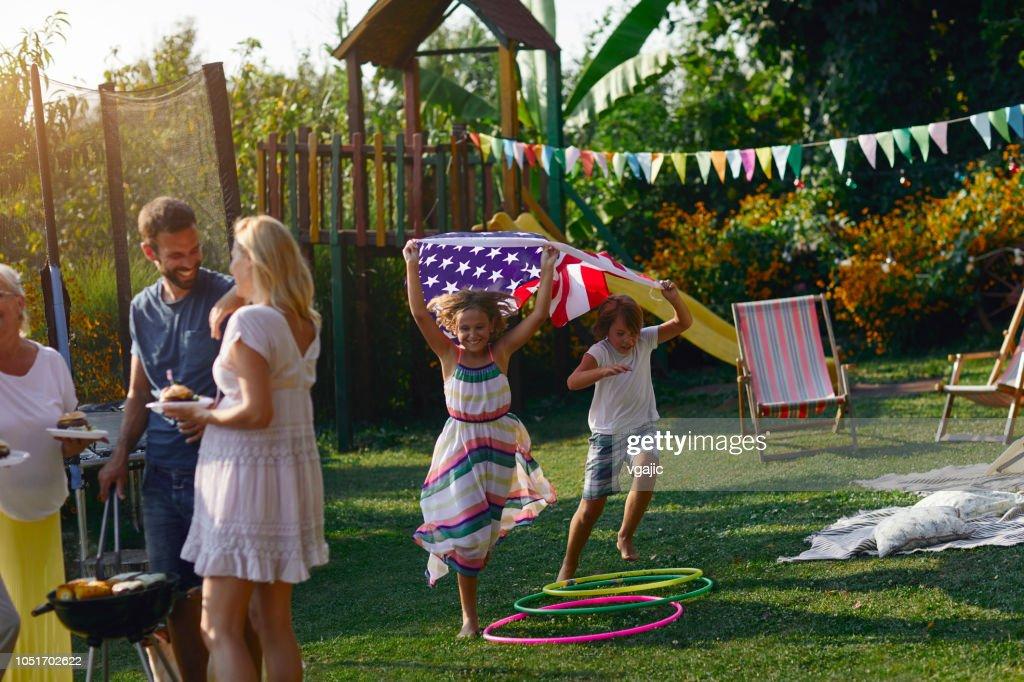 7 月 4 日を祝う多世代家族 : ストックフォト