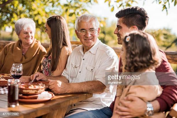 多世代家族の昼食に伝えるレストラン。