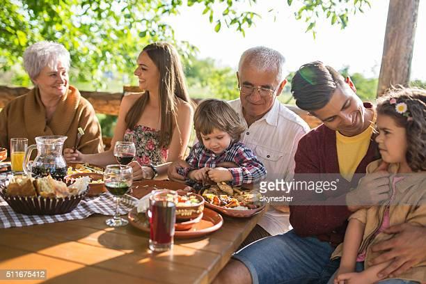 多世代家族の昼食をお楽しみください。