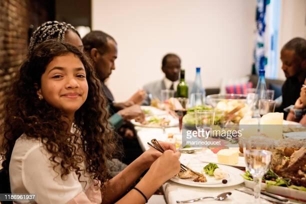 """família multi-geração que aprecia o comensal da acção de graças. - """"martine doucet"""" or martinedoucet - fotografias e filmes do acervo"""