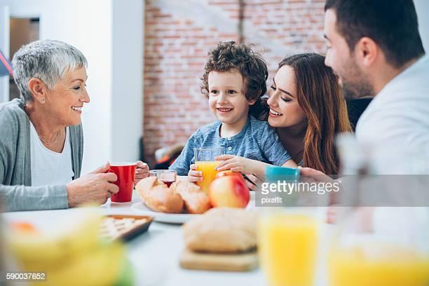 Multi-generazione famiglia avendo colazione