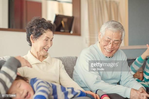 Famille Multi-générations s'amuser dans la salle de séjour