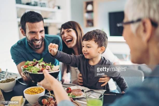família multigeracional almoçando juntas - healthy eating - fotografias e filmes do acervo