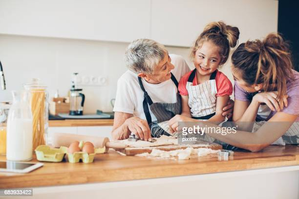 Mehr-Generationen-Familie in einer chaotischen Küche