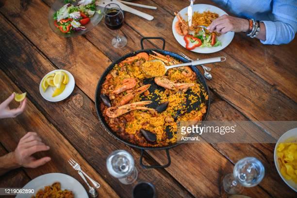 membros da família multigeração curtindo paella para o almoço - cultura espanhola - fotografias e filmes do acervo