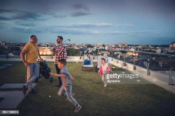 Plusieurs génération famille de passer du temps de la soirée sur un balcon de l'appartement.