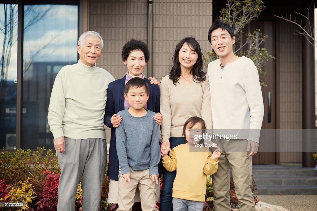 マイホームの前の多世代家族 : ストックフォト