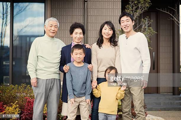 マイホームの前の多世代家族