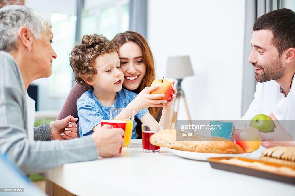Multi-generazione famiglia con cibo e bevande : Foto stock