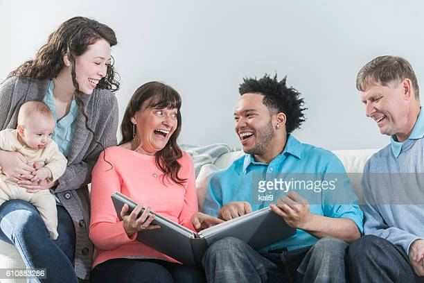 multi-generation, multiétnico de la familia, álbum de fotos