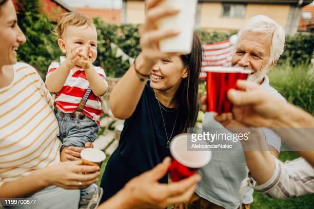 multigenerational familj firar fjärde juli - aunt bildbanksfoton och bilder