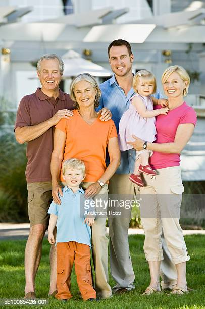 multigenerational family with baby girl (9-12 months) and son (2-3 years) in front yard - 30 39 years imagens e fotografias de stock