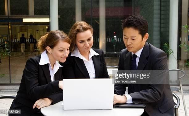 国際的なビジネスチームのオープンエア discution ます。