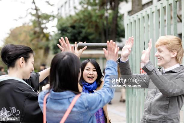 多国籍の学生は、卒業多国籍学生が卒業に満足して後悔しています。