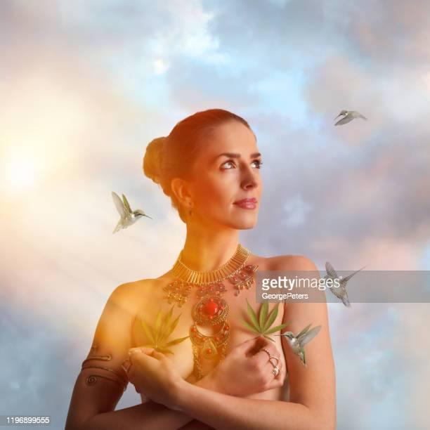 麻の葉を保持する健康意識の女性の複数の暴露 - カンナビジオール ストックフォトと画像