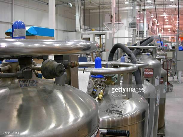 Plusieurs Industrial azote conteneurs dans une industrie