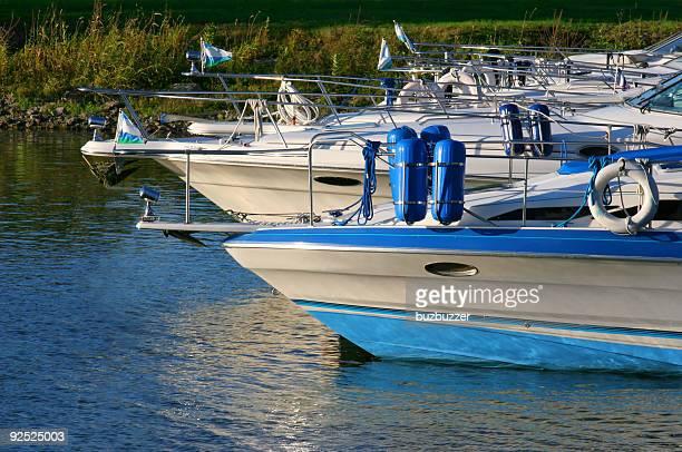 複数のレジャーボート - buzbuzzer ストックフォトと画像