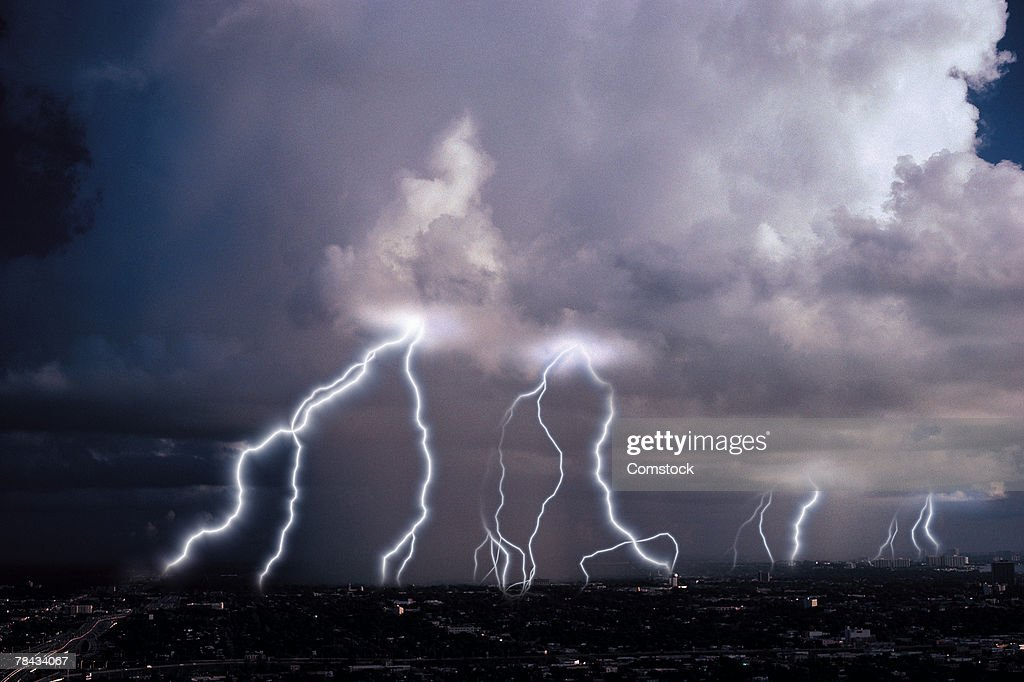Multiple lightning bolts coming from clouds : Stockfoto