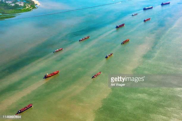 les pétroliers multiples entrent dans le port américain - houston texas photos et images de collection