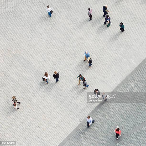 múltiples peatones directamente desde arriba - editorial fotografías e imágenes de stock