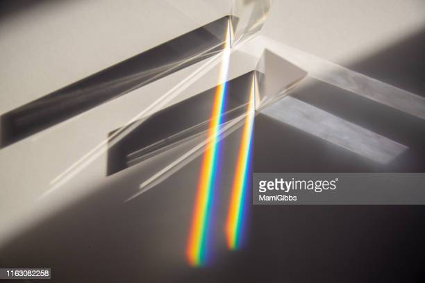 multiple prisms reflecting light - spiegelung stock-fotos und bilder