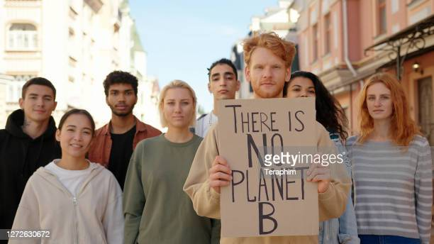 multirassische aktivisten protestieren gegen dies für ökologie und sauberen planeten - aktivist stock-fotos und bilder