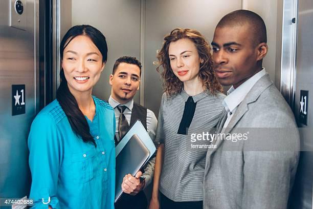 Multiracial ビジネスチームのエレベーター