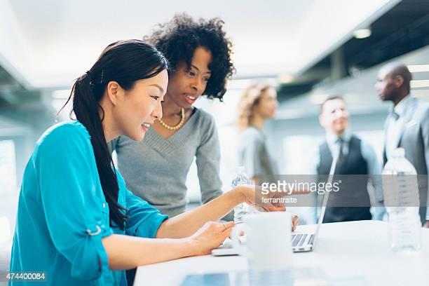 Multiracial ビジネス女性のコラボレーションでの作業