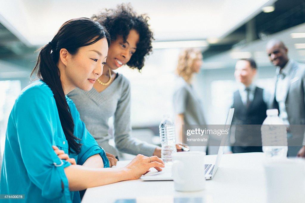 Multiracial ビジネス女性のミーティング : ストックフォト