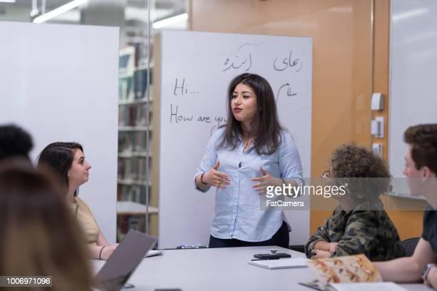 studiegroep multiraciale college - emigratie en immigratie stockfoto's en -beelden