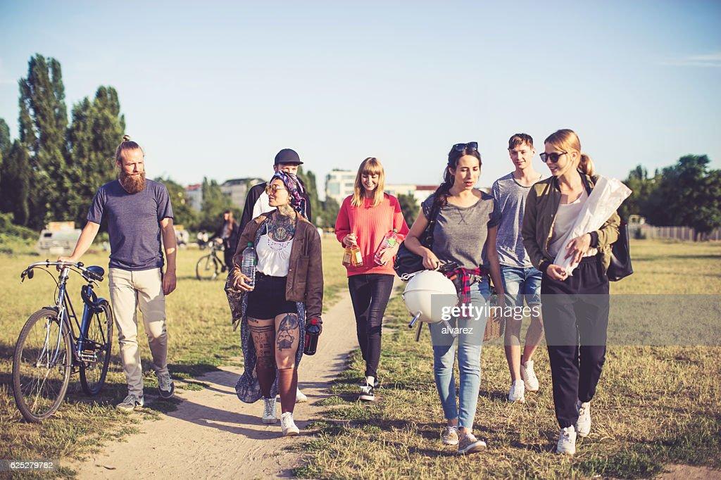 Multiracial Freunde gehen auf Picknick : Stock-Foto