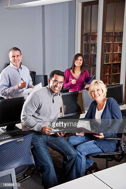 Grupo multirracial de adultos trabajando en Laboratorio de computación