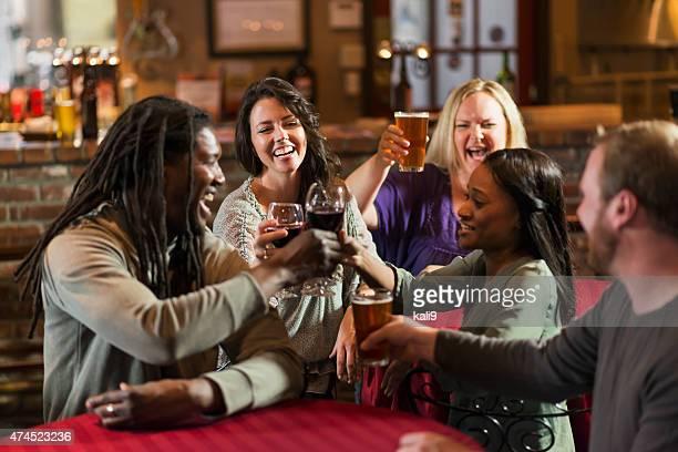 Groupe multi-ethnique d'amis boire et d'un toast
