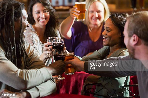 Groupe multi-ethnique d'amis boire au bar-restaurant
