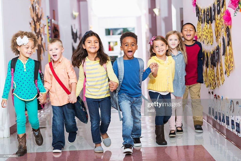 Gruppe von Personen verschiedener Herkunft des preschoolers running-Korridor : Stock-Foto