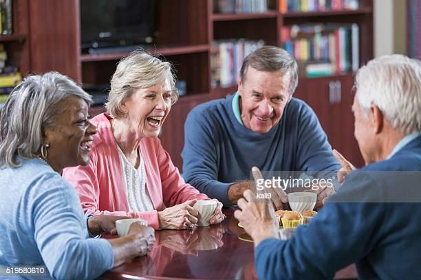 Rassen eine Gruppe von Senioren reden über Kaffee