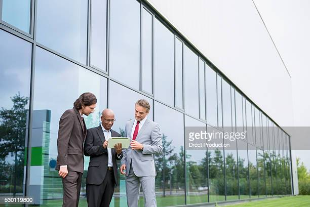 multi-racial group planning cooperation business - 商業不動産 ストックフォトと画像