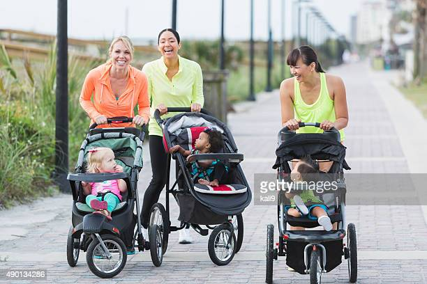 様々な人種の母親と赤ちゃんにジョギング用ベビーカー