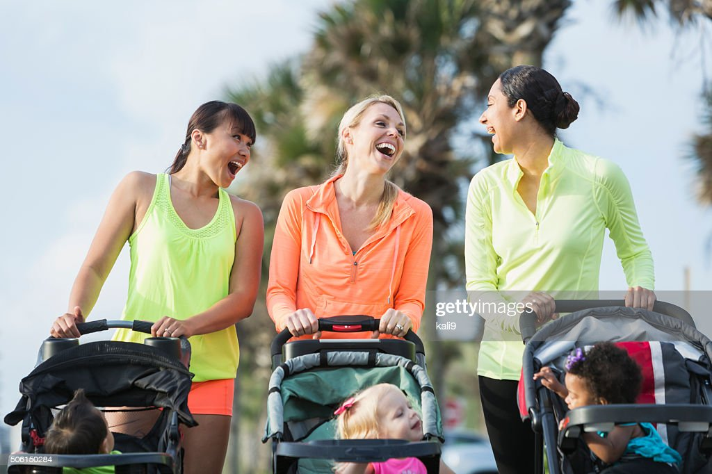 Multi-ethnische Mutter mit Babys in jogging-Kinderwagen : Stock-Foto