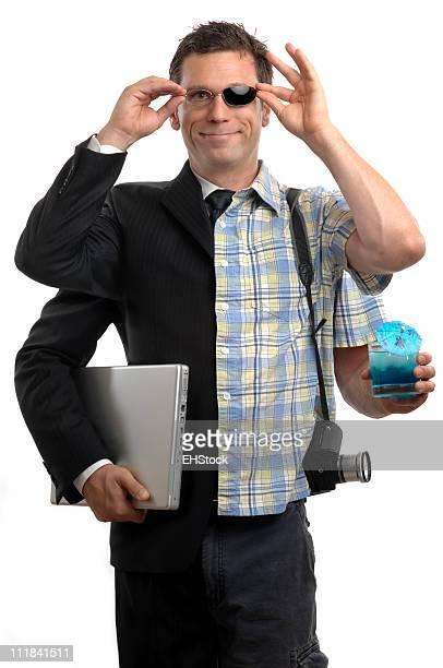 Multitasking-Talent auf Urlaub mit Cocktail-Kamera Laptop-Computer-Sonnenbrille