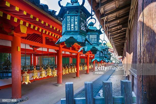 Vielzahl von Bronze Laternen in der Shinto-Schrein auf der Insel Honshu, Japan