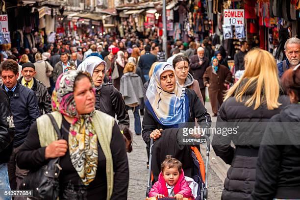 Menge von Menschen zu Fuß außerhalb der Große Basar in Istanbul, Türkei