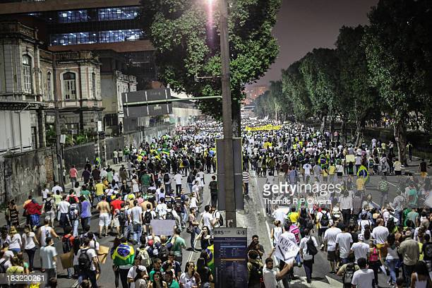 Multitude took to the streets to protest, asking for improvements in public health, transportation and education. Multidão foi às ruas do Centro da...