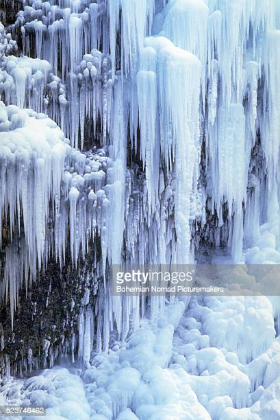 multnomah falls frozen - multnomah falls stock pictures, royalty-free photos & images