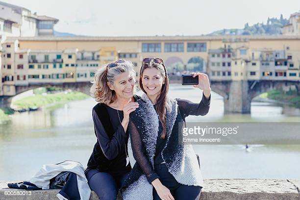 mum and daughter at old bridge florence - emma white stockfoto's en -beelden